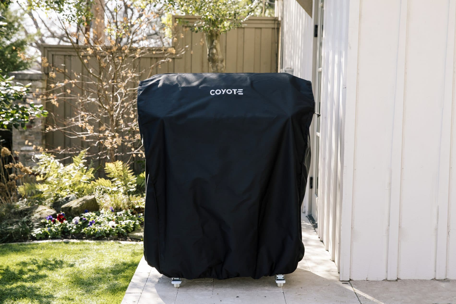 Coyote Outdoor accessory in Black color showcased by Corbeil Electro Store